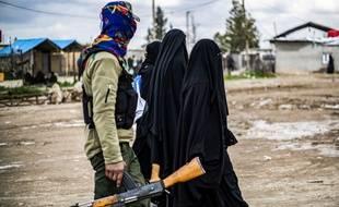 Des femmes, soupçonnées d'appartenir à Daesh, retenues dans des camps par les autorités en Syrie.