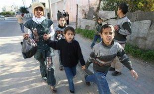 Des dizaines de familles fuyaient le secteur vers le sud en voitures, dans des camions, à l'approche des blindés israéliens, toujours selon les témoins. Les blindés israéliens ont également coupé un important axe routier à la hauteur de Jabaliya et Beit Lahya, dans le nord de la bande de Gaza, ainsi que près de Boureij, dans le centre.