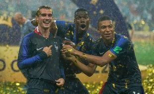 Kylian Mbappe, Antoine Griezmann et Paul Pogba en plein kiff après la remise de la Coupe du Monde.