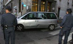Mama Galledou, grièvement brûlée dans l'incendie criminel d'un bus à Marseille le 28 octobre 2006, a réclamé jeudi devant le tribunal pour enfants de Marseille des explications aux deux jeunes incendiaires présumés, jugés à huis clos, a indiqué l'avocat de la victime.