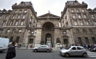 """Le haut responsable de la police parisienne arrêté mercredi a été mis en examen vendredi à Paris, notamment pour """"corruption"""" et """"abus de biens sociaux"""" et placé sous contrôle judiciaire, a indiqué à l'AFP une source judiciaire."""