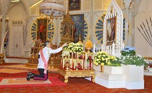 Le prince héritier Maha vajiralongkorn présente ses respects à feu son père le roi Bhumibol Adulyadej