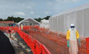 Des travailleurs sanitaires dans un centre de traitement du virus Ebola de Médecins sans frontières à Monrovia (Libéria), le 27 octobre 2014