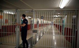 Un surveillant le 29 octobre 2015 dans un couloir de la prison de Fleury-Mérogis