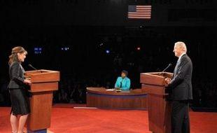Les candidats à la vice-présidence des Etats-Unis, Joe Biden et Sarah Palin ont sauvé l'essentiel jeudi en évitant toute gaffe majeure lors de leur débat télévisé, le démocrate apparaissant solide sur les dossiers économiques et internationaux tandis que la républicaine jouait sur la carte de la séduction et de la spontanéité.