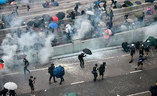 La police hongkongaise a tiré des gaz lacrymogènes pour tenter de disperser une manifestation prodémocratie interdite près des bâtiments du gouvernement local.