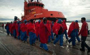Des migrants secourus par les autorités espagnoles, à leur arrivée au port de Malaga le 23 novembre 2018.