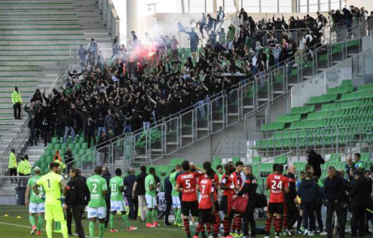 250 supporters stéphanois ont envahi les tribunes de Geoffroy-Guichard lors de Saint-Etienne-Rennes, alors que le match se déroule à huis clos, le 23 avril 2017 – Philippe Desmazes