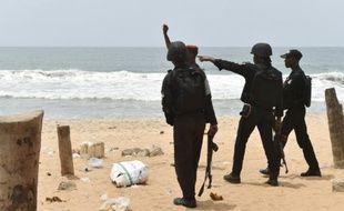 Des militaires patrouillent sur la plage de Grand Bassam en Côte d'Ivoire, le 14 mars 2016