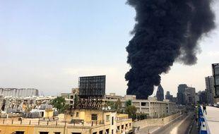 Une épaisse fumée noire s'est répandue dans le ciel de Beyrouth