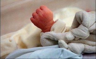 """Un nourrisson de 6 mois est décédé à l'hôpital Necker à Paris à la suite d'une """"suspicion d'erreur"""" intervenue à l'hôpital de pédiatrie et de rééducation de Bullion (Yvelines), a annoncé samedi le ministère de la Santé, dans un communiqué."""