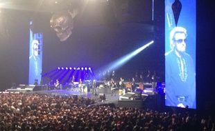 Johnny Hallyday observe une minute de silence en hommage aux victimes des attentats de Paris du 13 novembre 2015 lors de son concert au Zénith de Strasbourg, le 14 novembre 2015.