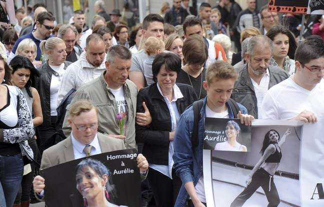La mère d'Aurélie Châtelain lors d'une marche organisée en hommage à sa fille, en avril 2015