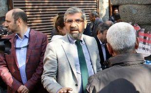 Le célèbre avocat turc Tahir Elçi s'exprime lors d'un rassemblement, peu avant d'être abattu, le 28 novembre 2015 à Diyarbakir, dans le sud-est de la Turquie