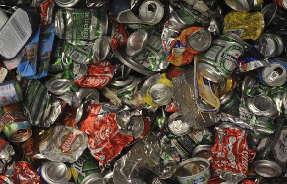 Des canettes en aluminium compactées sont entreposées au centre de traitement des déchets recyclables de la sociéte Astria, le 1er octobre 2008 à Bègles.  – AFP PHOTO JEAN PIERRE MULLER