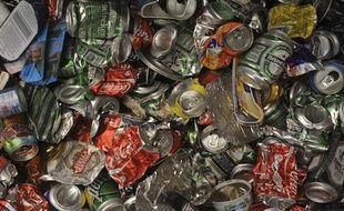 Des canettes en aluminium compactées sont entreposées au centre de traitement des déchets recyclables de la sociéte Astria, le 1er octobre 2008 à Bègles.