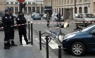La police scientifique examine la scène d'une fusillade mortelle, rue Ambroise Paré, dans le Xe arrondissement de Paris, le 20 novembre 2009.