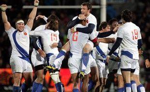 On s'embrasse, on se félicite et on crie dans le clan des Bleus pour  fêter la victoire face aux Blacks. La quatrième d'une équipe de France en Nouvelle-Zélande. Le 13 juin 2009.