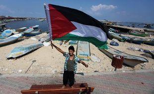 Un enfant palestinien agite un drapeau