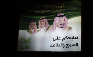 Une affiche à Ryad le 26 janvier 2015, montrant (de droite à gauche) le nouveau monarque saoudien Salmane, le prince héritier Moqren et le prince Mohammed ben Nayef, deuxième dans l'ordre de succession et ministre de l'Intérieur du royaume