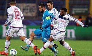 Ici aux prises avec le milieu portugais Danny, Alexandre Lacazette a inscrit son premier but dans cette Ligue des champions mardi.