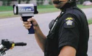 Un policier qui contrôle le respect des limitations de vitesse
