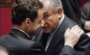 Nicolas Sarkozy a fait samedi de nouvelles avances à la gauche, ciblant cette fois le sommet du PS: il soutient Dominique Strauss-Kahn pour diriger le FMI et propose à Jack Lang de réfléchir à la réforme des institutions, au risque de déboussoler un peu plus ce parti.