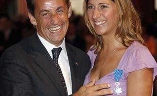 Le président français Nicolas Sarkozy nomme la navigatrice Maud Fontenoy Chevalier de l'ordre national du Mérite, Paris, le 12 juillet 2007.
