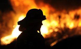 Illustration d'un pompier luttant contre un incendie