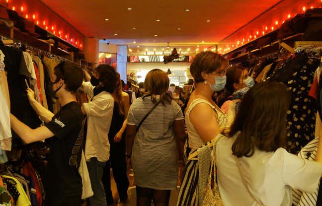 Des clientes dans le magasin Free'p'star, rue de la Verrerie, 4e arrondissement de Paris