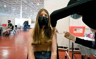 Une adolescente se fait vacciner à New York en 2021.