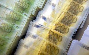 Loin d'avoir apporté un soutien, le plan d'aide à l'Irlande annoncé dimanche soir a renforcé les craintes d'une contagion à d'autres pays fragiles de la zone euro, pénalisant pour la deuxième séance consécutive l'euro et les marchés, en Europe comme aux Etats-Unis.