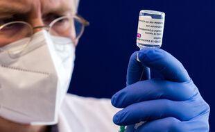 Préparation d'une dose de vaccin AstraZeneca (image d'illustration).