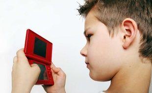 Un enfant de 8 ans jouant à la Nintendo DS, juin 2010