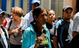 File d'attente devant un supermarché le 16 juin 2016 à Caracas