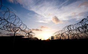 """Photo réalisée le 9 avril 2014 lors d'une visite sous escorte et revue par l'armée américaine montrant les barbelés entourant le """"Camp X-Ray"""" aujourd'hui fermé à Guantanamo (Cuba)"""