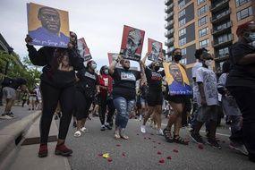Des manifestants commémorent le 23 mai 2021 à Minneapolis le premier anniversaire de la mort de George Floyd.