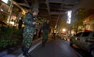 Des militaires thaïlandais montent la garde après l'explosion d'une bombe près d'un sanctuaire du centre de Bangkok le 17 août 2015