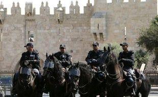 La police israélienne à la porte de Damas de l'esplanade des Mosquées dans la vieille ville de Jérusalem, le 16 octobre 2015
