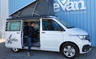 Augustin Bouyer, cofondateur de WeVan, prépare un van Volkswagen California.