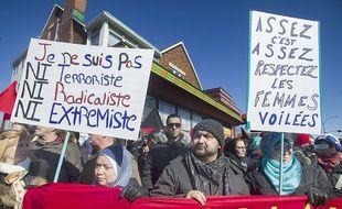 Des membres de la communauté musulmane manifestent contre un rassemblement de Pegida à Montréal, le 28 mars 2015.