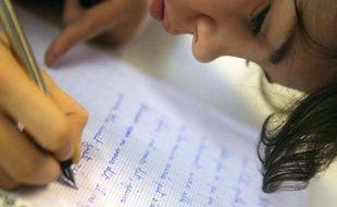 Une élève lors d'une dictée lue par le romancier Daniel Pennac, le 01 octobre 2007 au collège Jacques Prévert à Paris