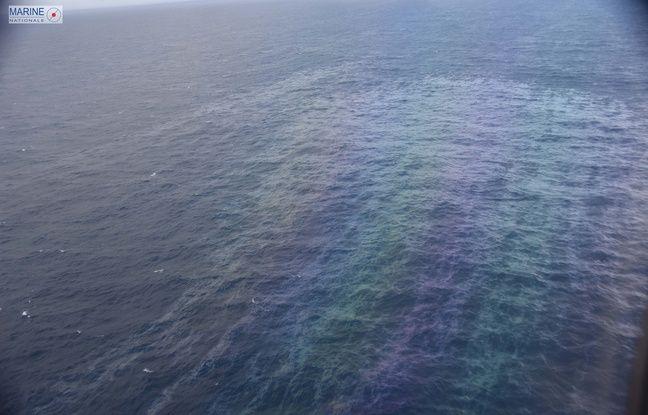 Les nappes d'hydrocarbures sont surveillés par des moyens aériens.