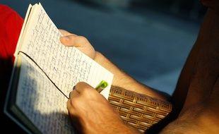 Un homme écrivant.