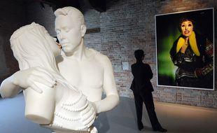 """L'œuvre """"Bourgeois Bust-Jeff and Ilona"""",un autoportrait en marbre de l'artiste Jeff Koons avec sa muse la Cicciolina sera exposée cet été à Rennes."""
