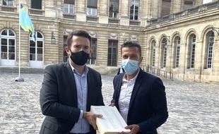 Fabien Robert (à gauche) et Marik Fetouh ont déposé ce jeudi la pétition « Bordeaux veut garder son sapin » au maire Pierre Hurmic