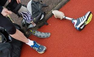 Illustration d'une personne amputée sur une piste d'athlétisme.