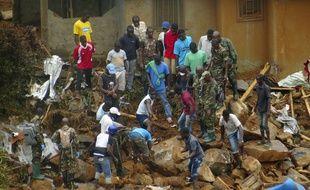 Des volontaires creusent à la recherche des corps après les inondations et coulées de boue à Freetown en Sierra Leone le 15 août 2017.