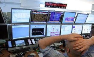 Confrontées à une nouvelle journée noire sur les places financières mondiales, les grandes banques centrales ont annoncé mercredi une baisse concertée de leurs taux directeurs, une mesure choc qui n'a toutefois pas suffi à enrayer la spirale baissière des Bourses.