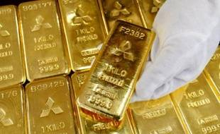 Gold bars are displayed at Mitsubishi Materials Corporation in Tokyo March 17, 2008. Spot gold surged more than 3 percent on Monday to a record high of above $1,030 per ounce as the dollar tumbled on deepening U.S. financial concerns. REUTERS/Issei Kato (JAPAN)
